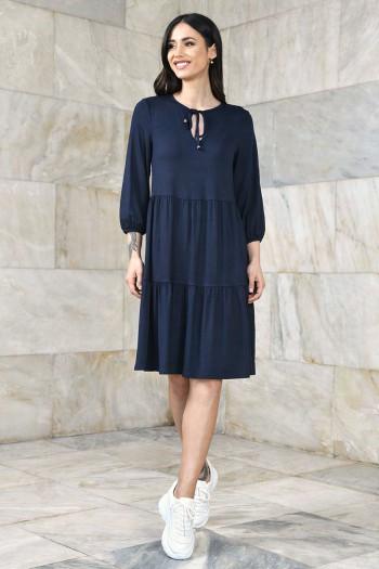 Luźna sukienka z podwyższoną talią i dekoltem w serek