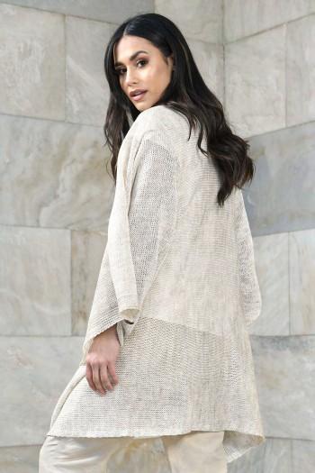 Delikatny, ażurowy  sweter zapinany z boku na guzik